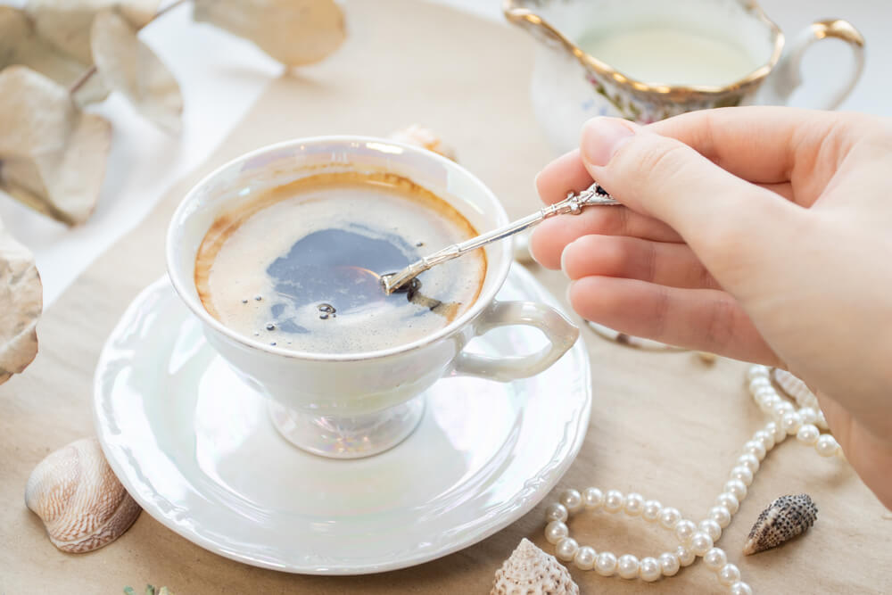 dripping a metal teaspoon to coffee to make coffee cool faster