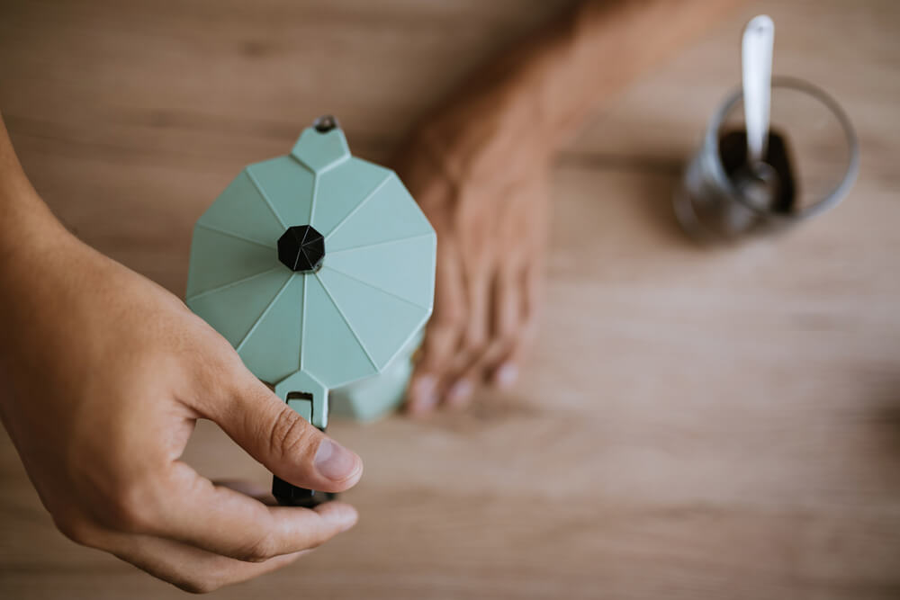 closing the moka pot after using