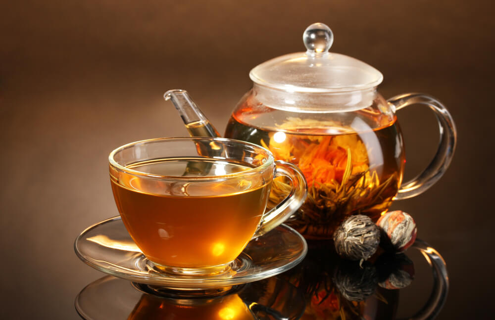 glass-teapot-and-tea-on-a-wooden-table